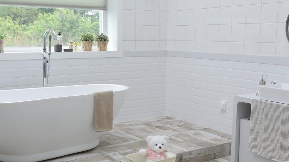 De do s en don ts van raamdecoratie in de badkamer