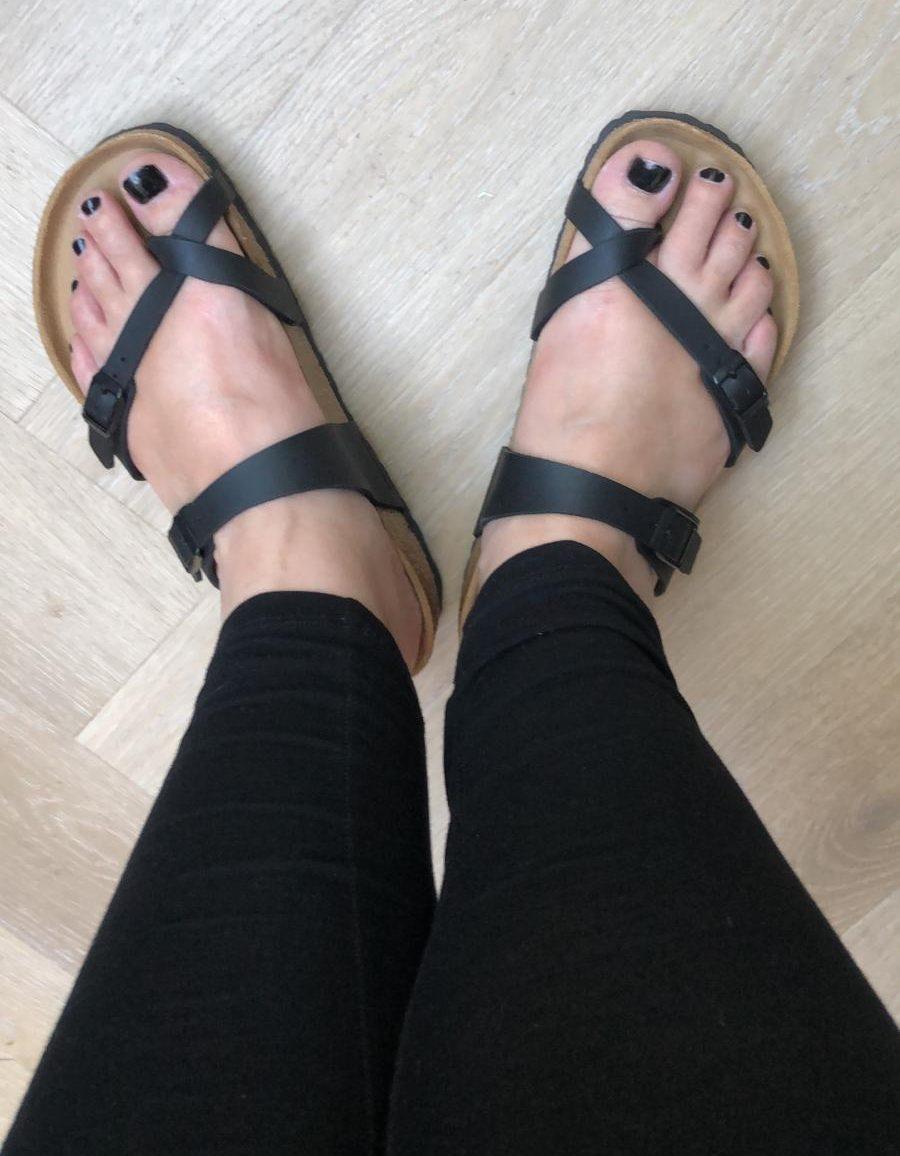 birkenstock slippers aan voet zwart