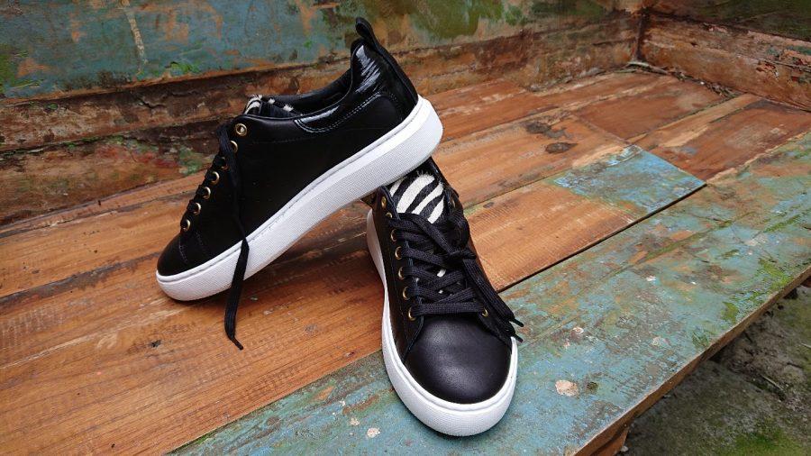 zwarte sneakers met zebraprint detail